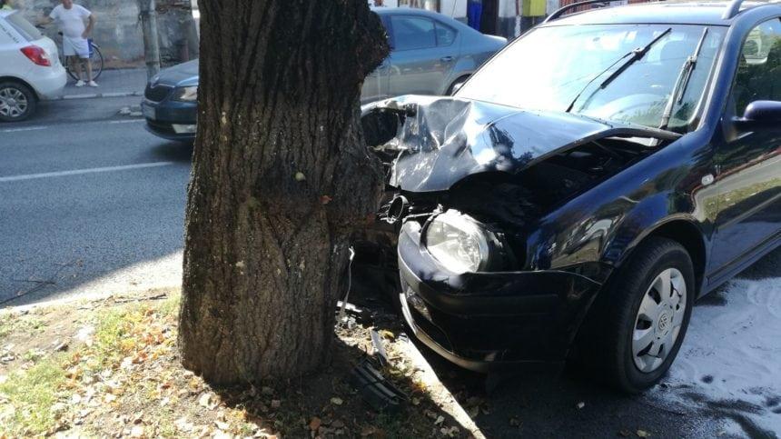 FOTO/VIDEO: Accident pe Bulevardul Republicii. O șoferiță și-a proptit mașina într-un copac