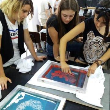 De la tricouri dedicate Centenarului, la vânzarea de artă. Cu ce se delectează elevii de la Arte Plastice, pe timp de vară