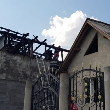 FOTO – Incendiu violent la Bața! Două case au fost cuprinse de flăcări