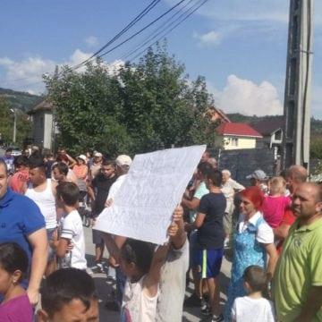 FOTO/VIDEO – Peste 100 de persoane au ieșit în stradă în Năsăud! Mărul discordiei – o stație de asfaltare care ar polua
