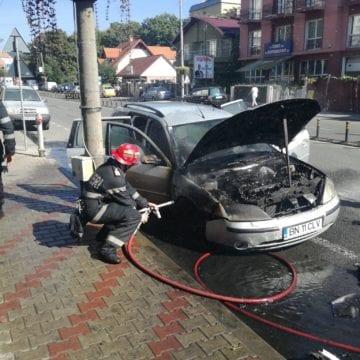 FOTO/VIDEO: Un autoturism a luat foc pe strada 1 Decembrie