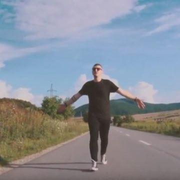 VIDEO:  Muncește ca fotograf în Bistrița. În timpul liber, Alin Mărginean se ocupă de rap