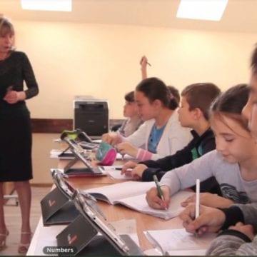 O școală comunală, digitalizată! Elevii ei au aparatură la care unii de la oraș încă visează