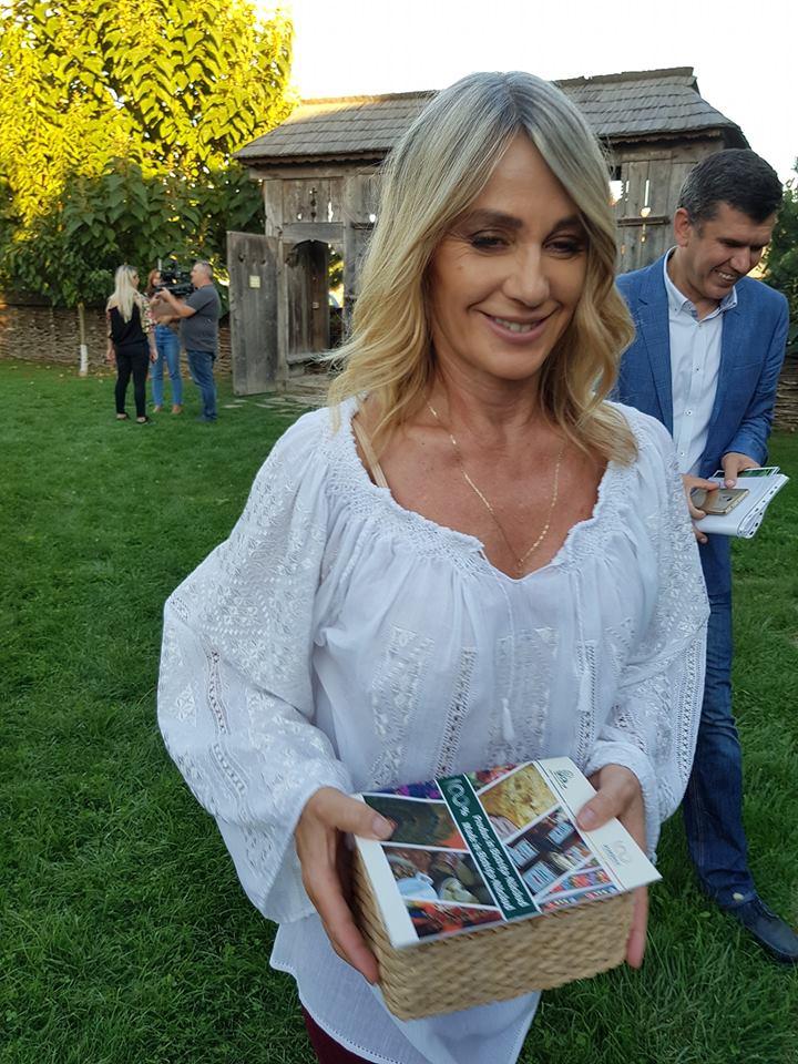 FOTO: Faimoasa campioană Nadia Comăneci – impresionată de Produs în Bistrița-Năsăud, la o ședință foto Iiana!