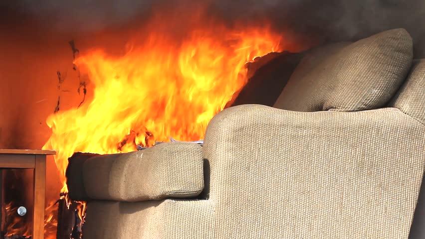 Copilaș de 8 anișori cu arsuri pe mâini, după ce canapeaua din cameră a luat foc