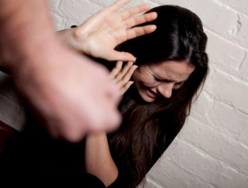 GRAV: Mămică agresată de tatăl copilului în grădiniță, sub ochii a zeci de copii și părinți. NIMENI nu a intervenit să o apere