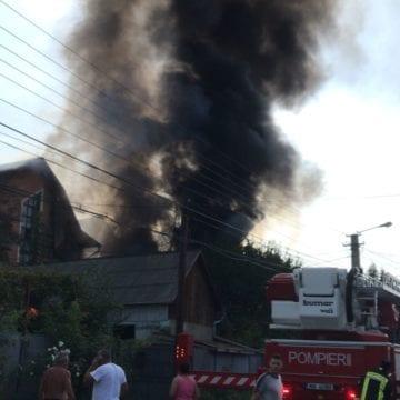 FOTO/VIDEO – O betonieră și o mașină s-au făcut scrum, pe Valea Budacului. Un bărbat a suferit arsuri