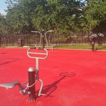 FOTO – Fitness urban, la țară! Primăria unei comune a pus la dispoziția sătenilor aparate de sport chiar în parc