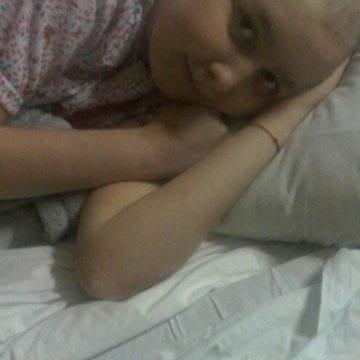 Andreea, fetița bolnavă de leucemie, trăiește acasă o adevărată dramă!