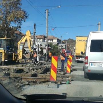FOTO: Trafic paralizat la intrare în Năsăud! Cât mai durează lucrările la calea ferată