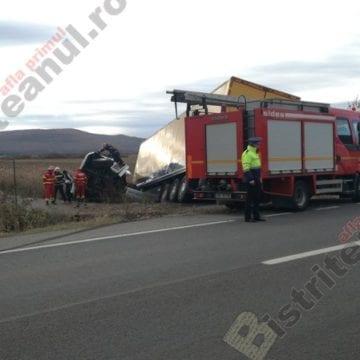 FOTO/VIDEO: A făcut o cascadorie cu TIR-ul, în Podirei, după ce a ațipit la volan