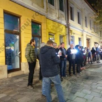 FOTO/VIDEO: Vă vedem din Bistrița! Protest tăcut în fața sediului PSD