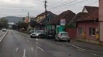 VIDEO: BMW scăpat de sub control, distruge două mașini, dărâmă un stâlp și dispare!