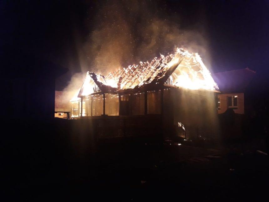 FOTO/VIDEO – Incendiu puternic la Nepos! Pompieri voluntari au fost chemați de acasă pentru a potoli focul