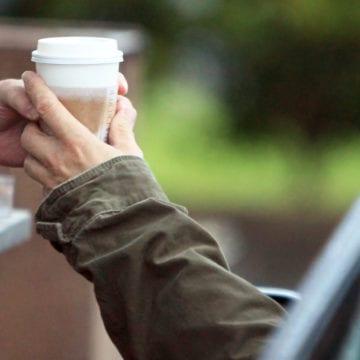 """IUBEȘTE-ȚI APROAPELE: De azi, poți da o cafea, o mâncare caldă sau o haină celor nevoiași, plătind un produs """"în așteptare"""""""