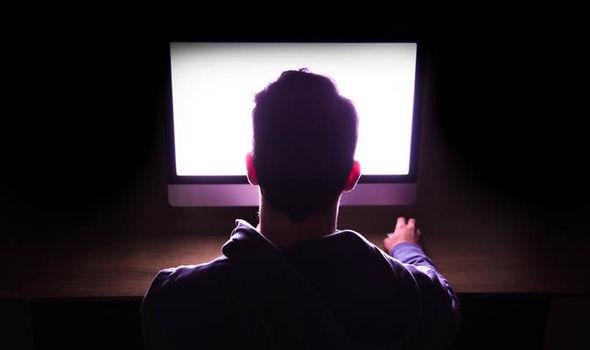 ORIBIL:  Se filma în timp ce-și viola băiețelul și apoi distribuia filmulețele online!