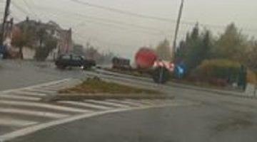 """A călărit sensul giratoriu de la intrare în Viișoara și și-a """"uitat"""" mașina acolo"""