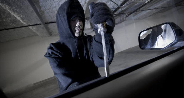 Loganurile din parcările hipermarketurilor, luate în vizor de hoți! Dintr-unul au furat bani