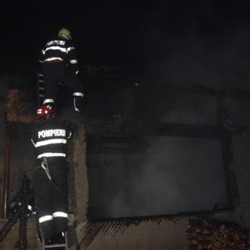 FOTO/VIDEO – Incendiu puternic la Mijlocenii Bârgăului! În nici jumătate de oră, un bărbat a rămas fără agoniseala de o viață