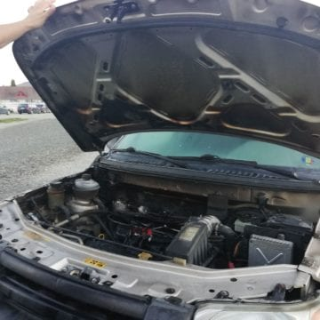 FOTO: A vrut să plece acasă de la muncă, dar i-a luat foc mașina în parcarea firmei