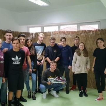 GENIALI: Cum a reușit județul să ia 64% dintr-o linie de finanțare europeană cu ajutorul unor elevi pasionați de Robotică din Beclean
