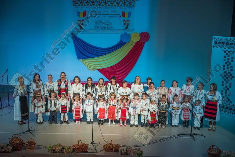 EMOȚIONANT: Copii și părinți, cântând și jucând împreună, de dragul a 100 de ani de la Marea Unire