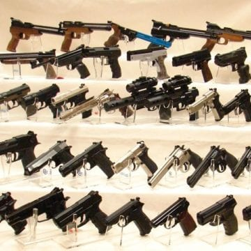 PERICULOS: Armele de foc ar putea deveni accesibile oricui. Cu două condiții: