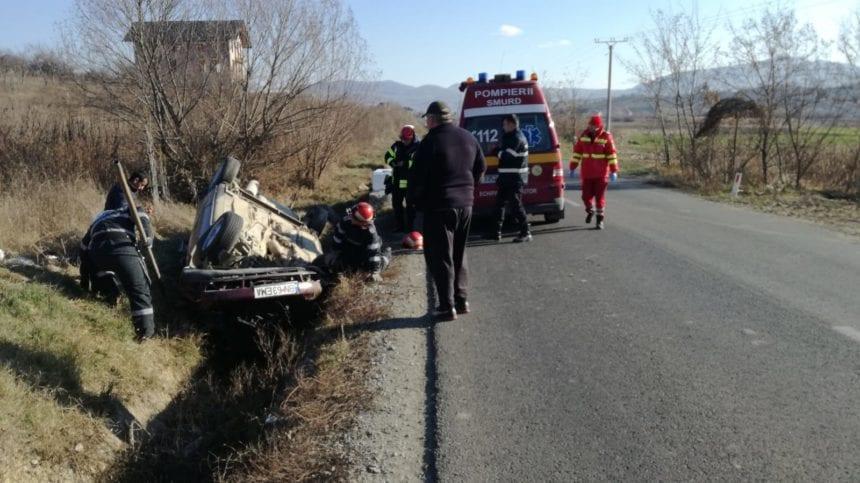 """FOTO/VIDEO – Neatenția l-a făcut """"cascador"""" pe un măierean în Cepari. Acesta s-a răsturnat cu mașina"""