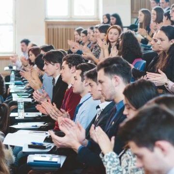 O provocare pentru elevii din Bistrița-Năsăud: Ai curaj să fii vocea colegilor tăi?
