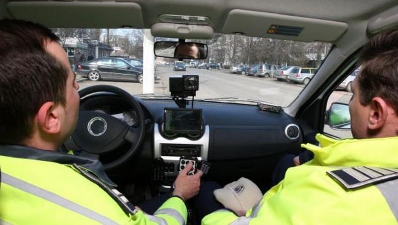 Încalci de 6 ori viteza legală și abia apoi rămâi fără permis! Polițiștii cer șoferilor să nu-și mai facă flash-uri în trafic