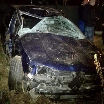 FOTO/VIDEO – TERIBILISM! Doi tineri au ratat o curbă și s-au răsturnat pe un camp. Șoferul este în stare gravă