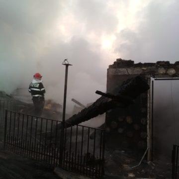 FOTO/VIDEO – Două case mistuite de flăcări la Tăure! Proprietara a fost salvată în ultima clipă