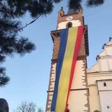 FOTO/VIDEO. Emoționant: Un uriaș tricolor a împodobit astă-seară Biserica Evanghelică
