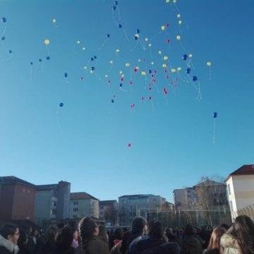 FOTO: 100 de ani, 100 de baloane, zâmbete și mesaje din Bistrița, pentru România!
