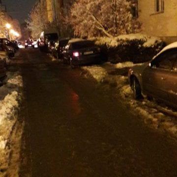 Locatarii de pe Mesteacănului nu mai rezistă! Trotuarul e blocat de mașinile parcate ilegal
