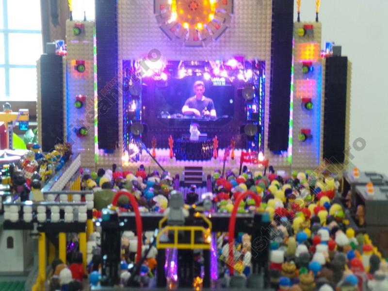 FOTO/VIDEO. Brickenburg, la Bistrița, cu uluitoare nave spațiale, Moș Crăciun zburând prin aer și o discotecă…!