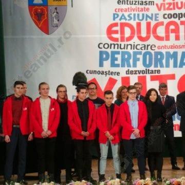 """FOTO/VIDEO. Zeci de premii pentru cei mai buni elevi! Consiliul Judeţean: """"Suntem onoraţi să fim concetăţenii dumneavoastră…"""""""