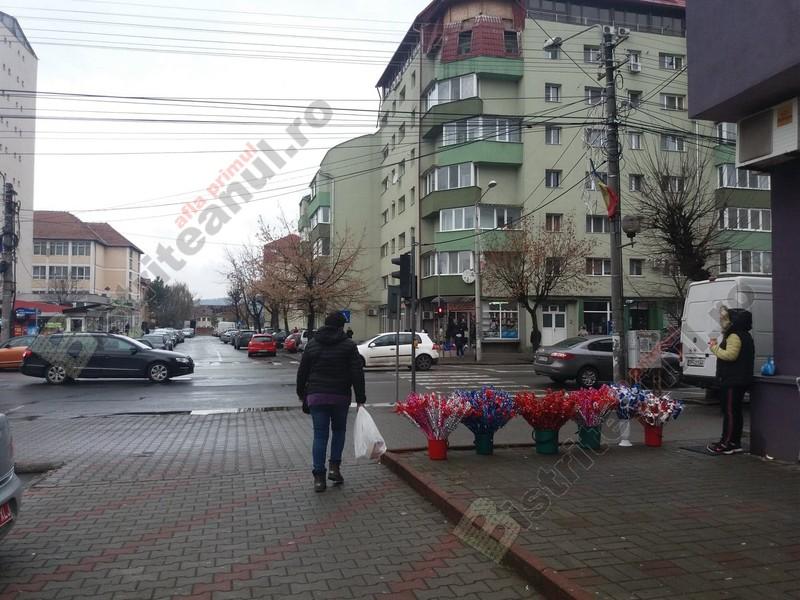 Rostul de dimineață:  Moș Nicolae, ascuns printre nuielușe multicolore, în intersecțiile din Bistrița…
