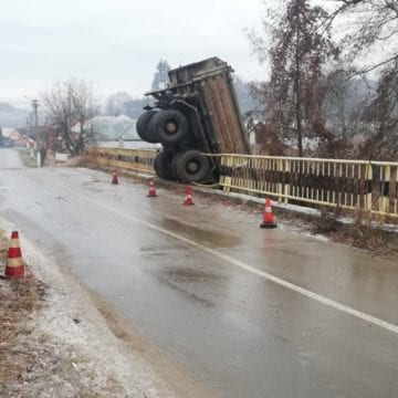 FOTO: A derapat și a sărit de pe pod