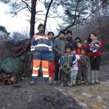 DE CRĂCIUN FII MAI BUN: Muncesc cu mâini harnice, sperând la o locuință unde cei 11 copii să se simtă mai acasă ca-n cortul improvizat