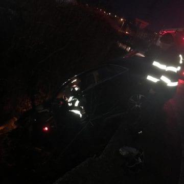 FOTO – Accident în Groapa Sărății. Un autoturism a ajuns într-un șanț