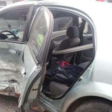 FOTO/VIDEO – Accident în sensul de la Kaufland. O mașină a fost aruncată într-un gard