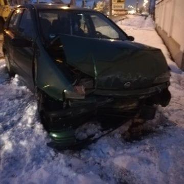 FOTO UNIREA: Nu s-a asigurat și a proiectat o altă mașină într-un gard