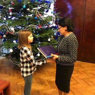 Ministrul Educației, impresionat de fetița din Bistrița care a realizat un auxiliar pentru colegul său cu autism