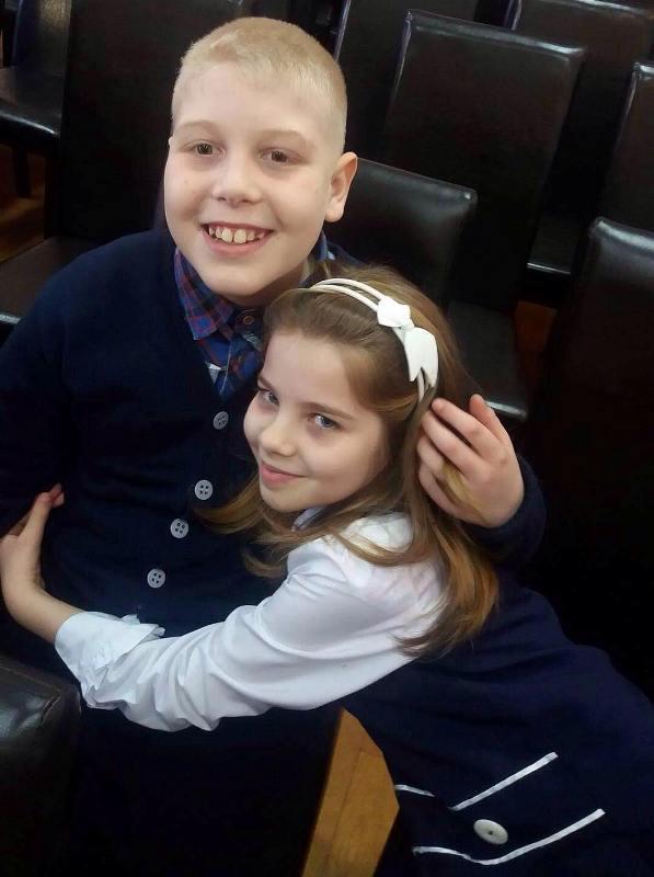O fetiță de clasa a IV-a din Bistrița a făcut un gest uimitor pentru colegul ei cu autism!