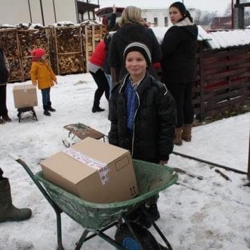 FOTO/VIDEO – Camionul de Crăciun la adolescență: 70 de nemți și-au sacrificat sărbătorile pentru a împărți bucurie în satele din România