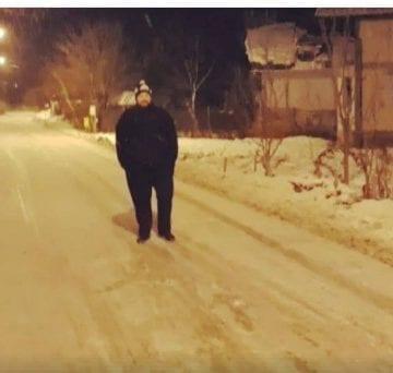 VIDEO:  Un colindător faimos, pe uliţa satului…