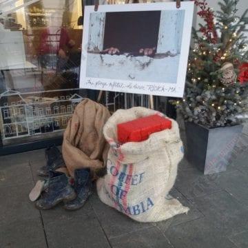 Şi tu poţi să fii Moş Crăciun! Un tânăr din Bistriţa adună colete pentru copiii necăjiţi