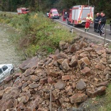 O șoferiță s-a răsturnat cu mașina într-un râu. În autoturism se afla și fiul său de 9 ani
