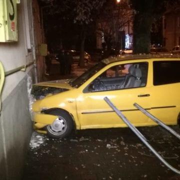 FOTO: Bistrița – A încercat să evite un șofer grăbit și a intrat într-o casă